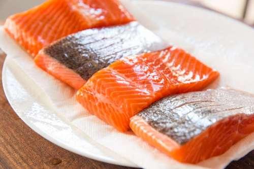 Balıkta bulunan omega-3 yağ asitleri göz kuruluğunu geçiren yiyecekler arasındadır